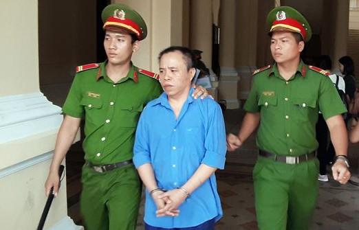 Vợ bị cáo bị người thân nạn nhân đánh chảy máu đầu giữa phiên xử-2