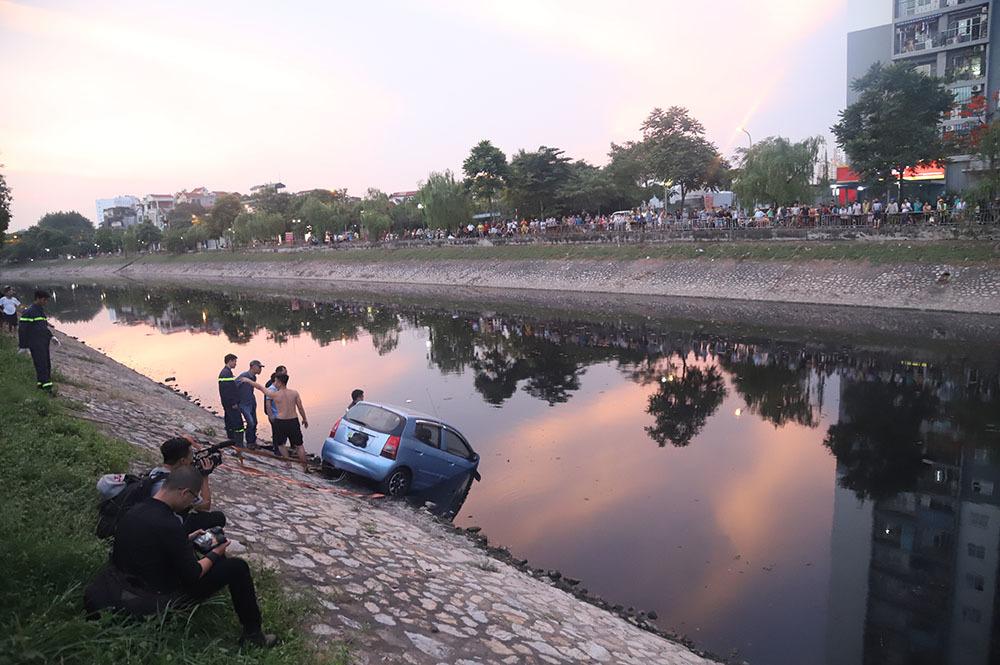 Đứng kín bờ Tô Lịch xem giải cứu xế hộp lao xuống sông-2