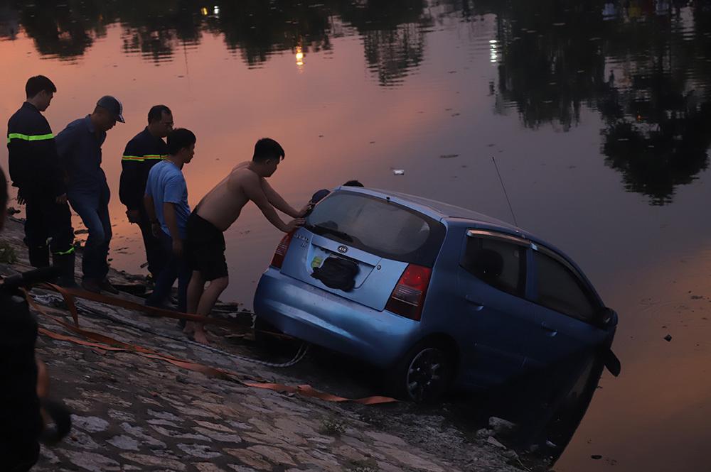Đứng kín bờ Tô Lịch xem giải cứu xế hộp lao xuống sông-3