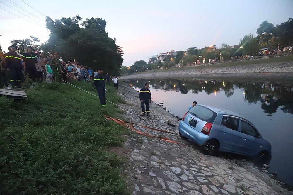 Đứng kín bờ Tô Lịch xem giải cứu xế hộp lao xuống sông-4