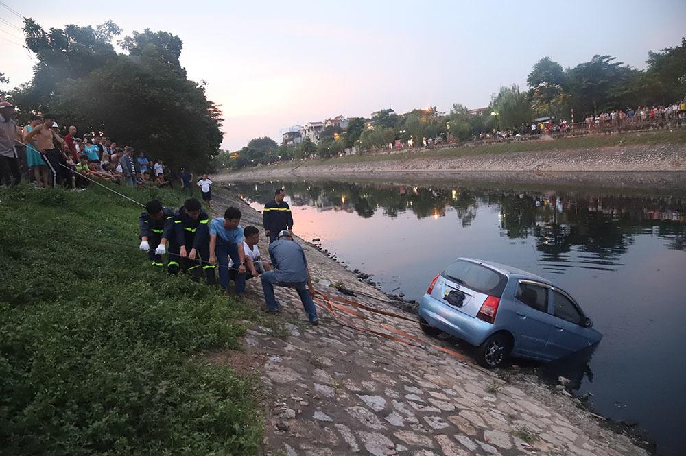 Đứng kín bờ Tô Lịch xem giải cứu xế hộp lao xuống sông-5