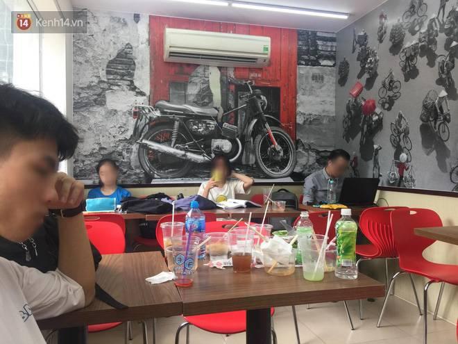Hình ảnh xấu xí của sinh viên tại các cửa hàng tiện lợi mùa nóng: Chen chúc nhau ngồi lỳ từ sáng đến khuya, xả rất nhiều rác thải nhựa-1
