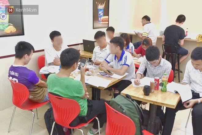 Hình ảnh xấu xí của sinh viên tại các cửa hàng tiện lợi mùa nóng: Chen chúc nhau ngồi lỳ từ sáng đến khuya, xả rất nhiều rác thải nhựa-3