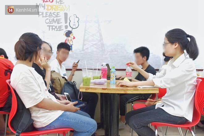 Hình ảnh xấu xí của sinh viên tại các cửa hàng tiện lợi mùa nóng: Chen chúc nhau ngồi lỳ từ sáng đến khuya, xả rất nhiều rác thải nhựa-4