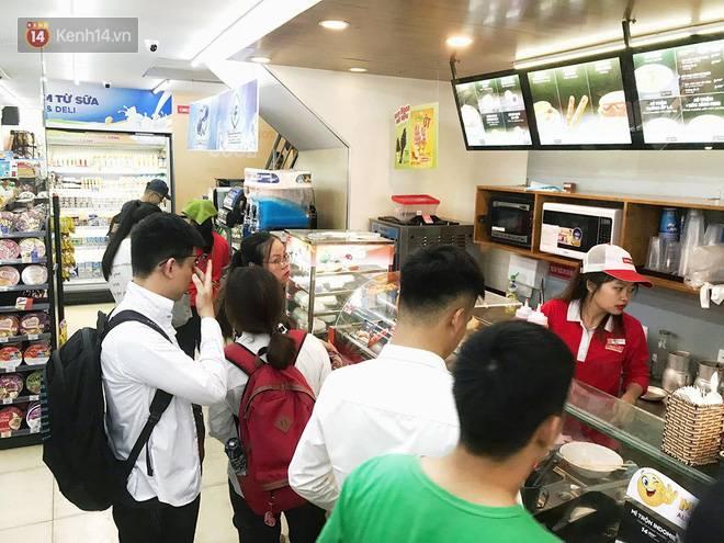 Hình ảnh xấu xí của sinh viên tại các cửa hàng tiện lợi mùa nóng: Chen chúc nhau ngồi lỳ từ sáng đến khuya, xả rất nhiều rác thải nhựa-9