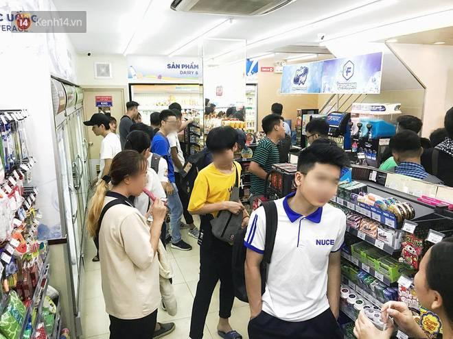 Hình ảnh xấu xí của sinh viên tại các cửa hàng tiện lợi mùa nóng: Chen chúc nhau ngồi lỳ từ sáng đến khuya, xả rất nhiều rác thải nhựa-10