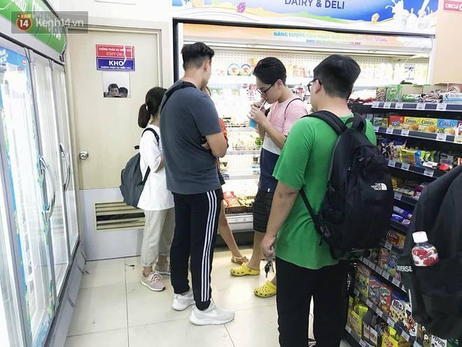 Hình ảnh xấu xí của sinh viên tại các cửa hàng tiện lợi mùa nóng: Chen chúc nhau ngồi lỳ từ sáng đến khuya, xả rất nhiều rác thải nhựa-11