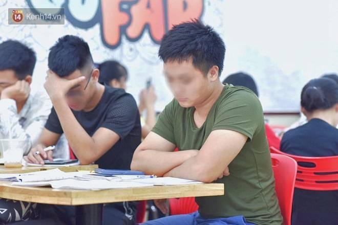 Hình ảnh xấu xí của sinh viên tại các cửa hàng tiện lợi mùa nóng: Chen chúc nhau ngồi lỳ từ sáng đến khuya, xả rất nhiều rác thải nhựa-7