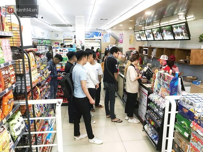 Hình ảnh xấu xí của sinh viên tại các cửa hàng tiện lợi mùa nóng: Chen chúc nhau ngồi lỳ từ sáng đến khuya, xả rất nhiều rác thải nhựa-8