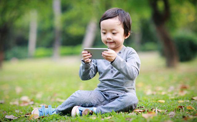 Bé gái 2 tuổi bị cận thị nặng vì cha mẹ cho xem smartphone quá nhiều-1