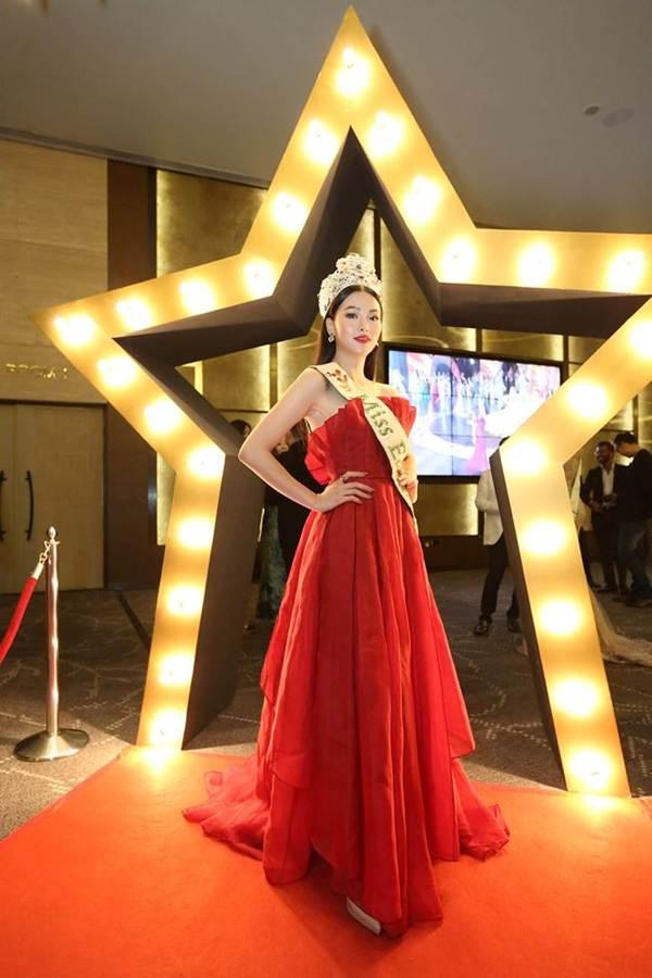 Hoa hậu Phương Khánh nóng bỏng với sắc đỏ dự chung kết Miss Earth Singapore 2019-1
