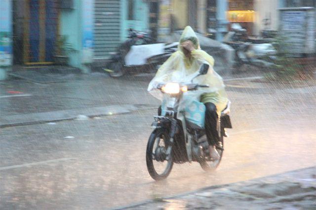 Hết nắng nóng, tối nay Hà Nội sẽ xuất hiện mưa giông, gió giật mạnh và kéo dài trong nhiều ngày-1