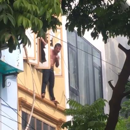 Thanh niên trèo ra ngoài cửa sổ tầng 3, tự dí dao vào cổ và chửi bới khiến cả khu phố náo loạn-1