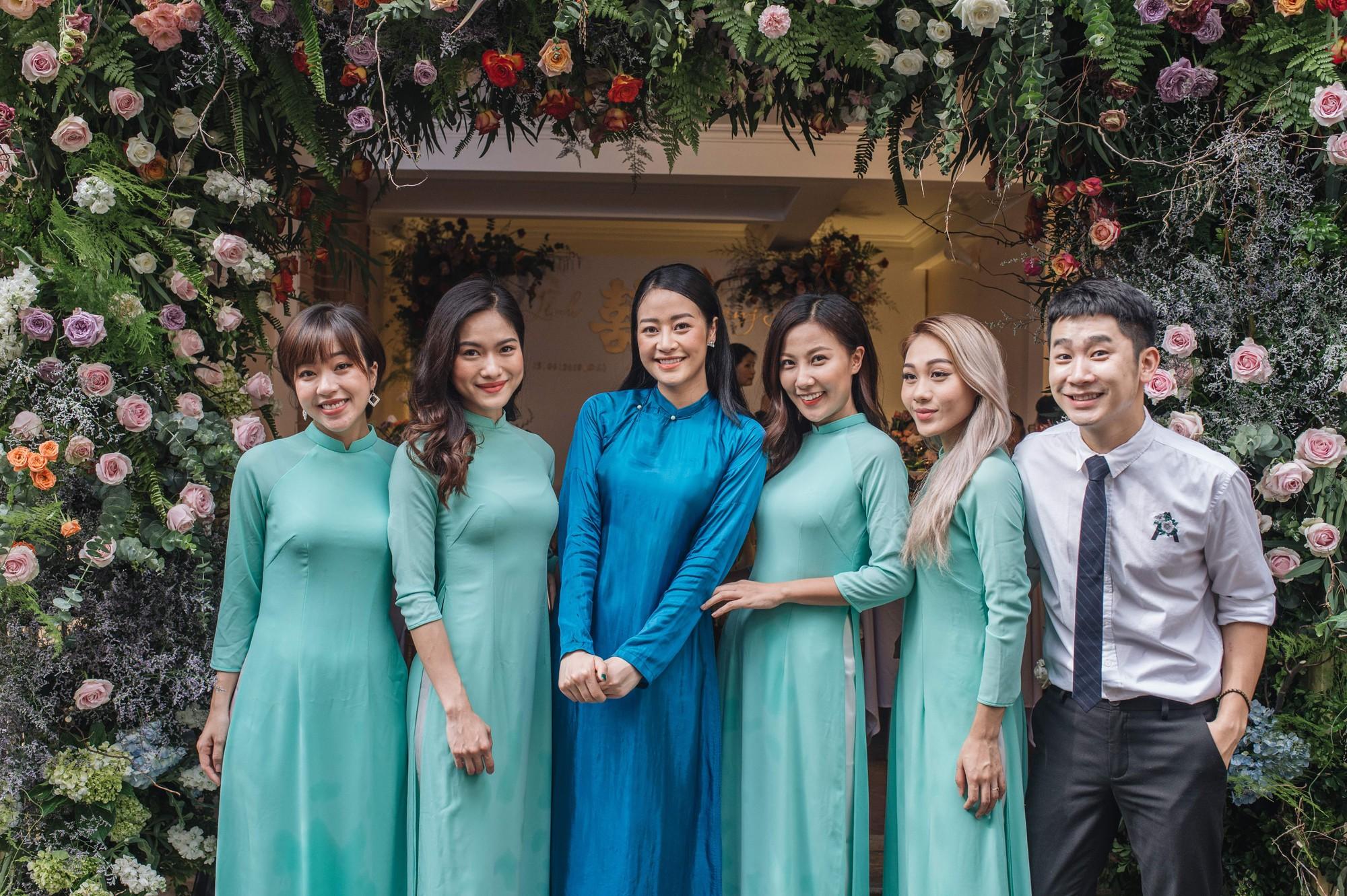 Chồng tương lai của MC Phí Linh lần đầu lộ diện, hạnh phúc hôn má cô dâu trong ngày ăn hỏi-1
