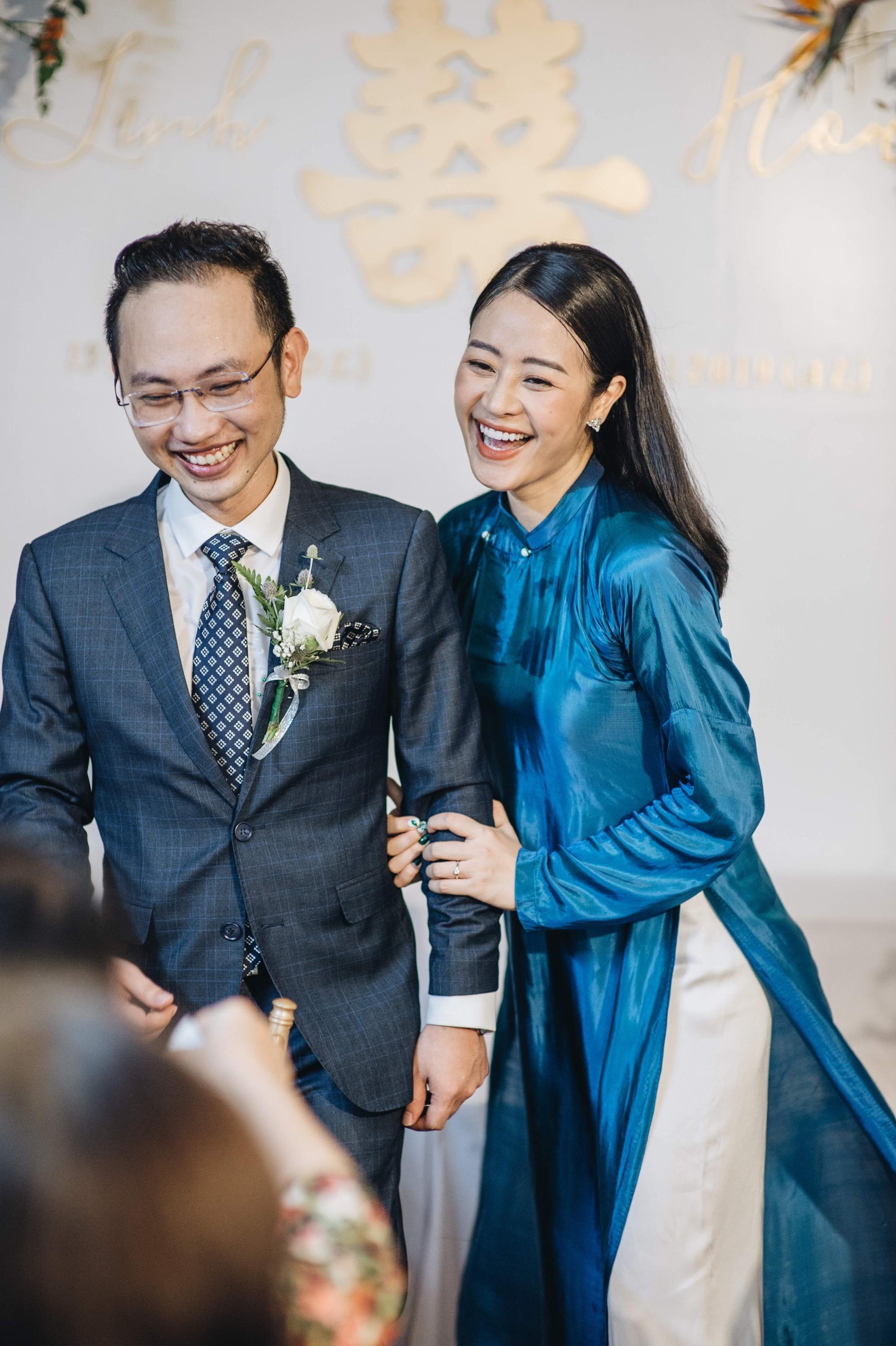 Chồng tương lai của MC Phí Linh lần đầu lộ diện, hạnh phúc hôn má cô dâu trong ngày ăn hỏi-11