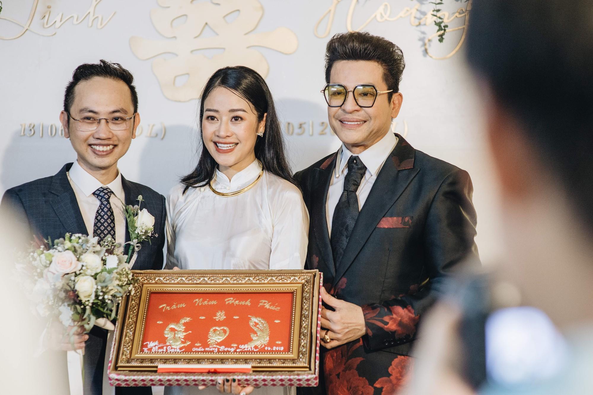 Chồng tương lai của MC Phí Linh lần đầu lộ diện, hạnh phúc hôn má cô dâu trong ngày ăn hỏi-13