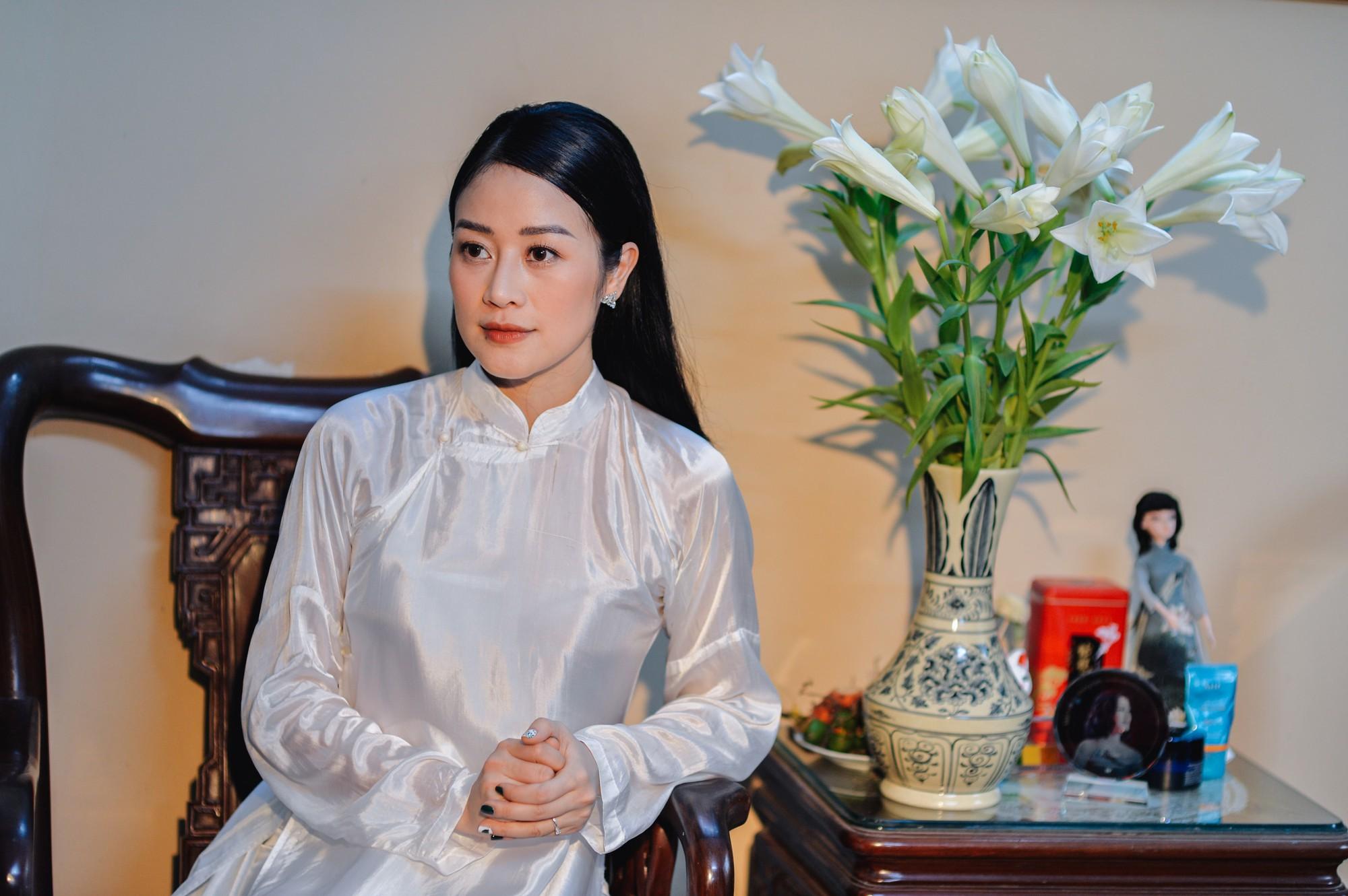 Chồng tương lai của MC Phí Linh lần đầu lộ diện, hạnh phúc hôn má cô dâu trong ngày ăn hỏi-15