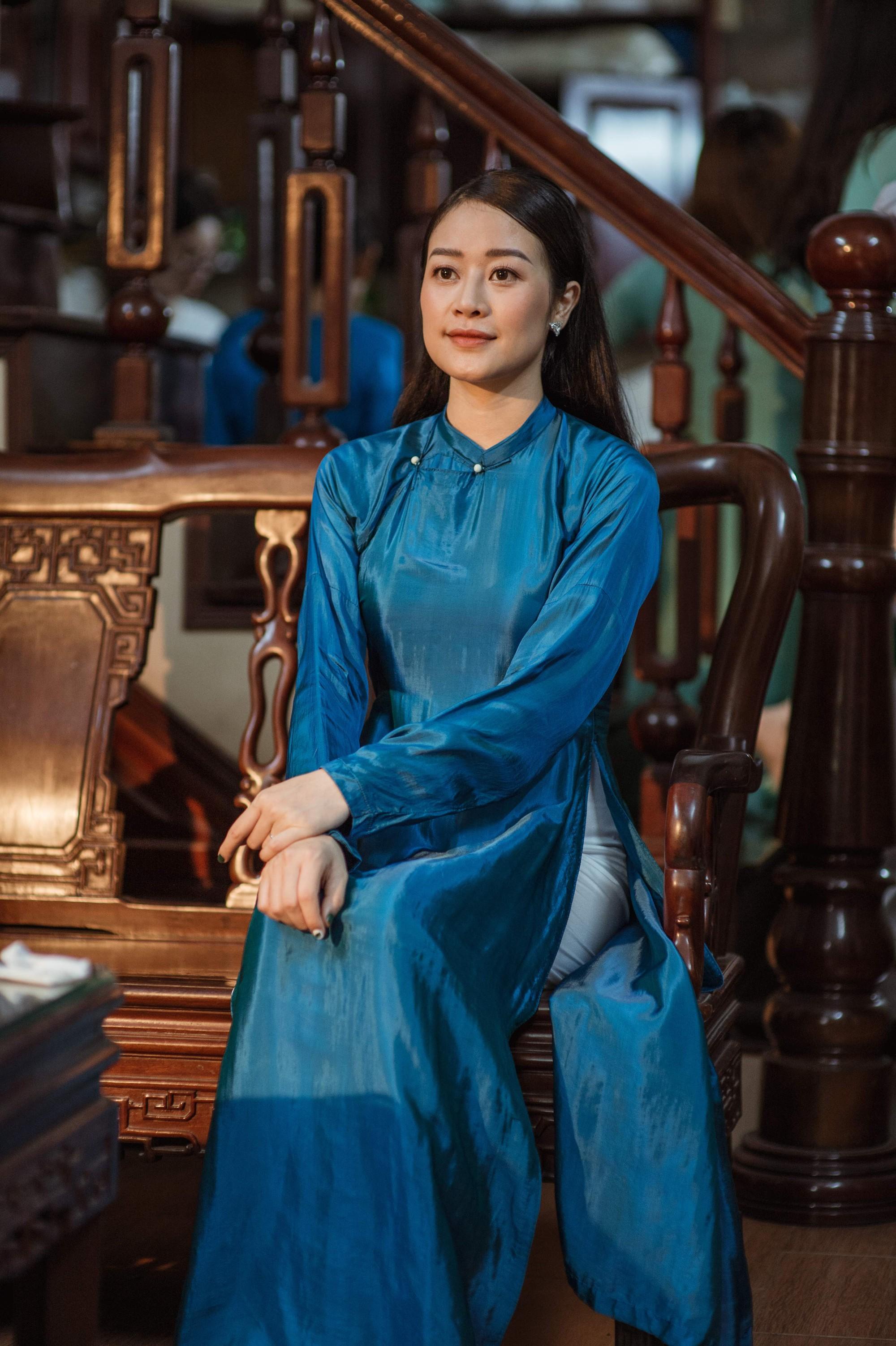Chồng tương lai của MC Phí Linh lần đầu lộ diện, hạnh phúc hôn má cô dâu trong ngày ăn hỏi-6