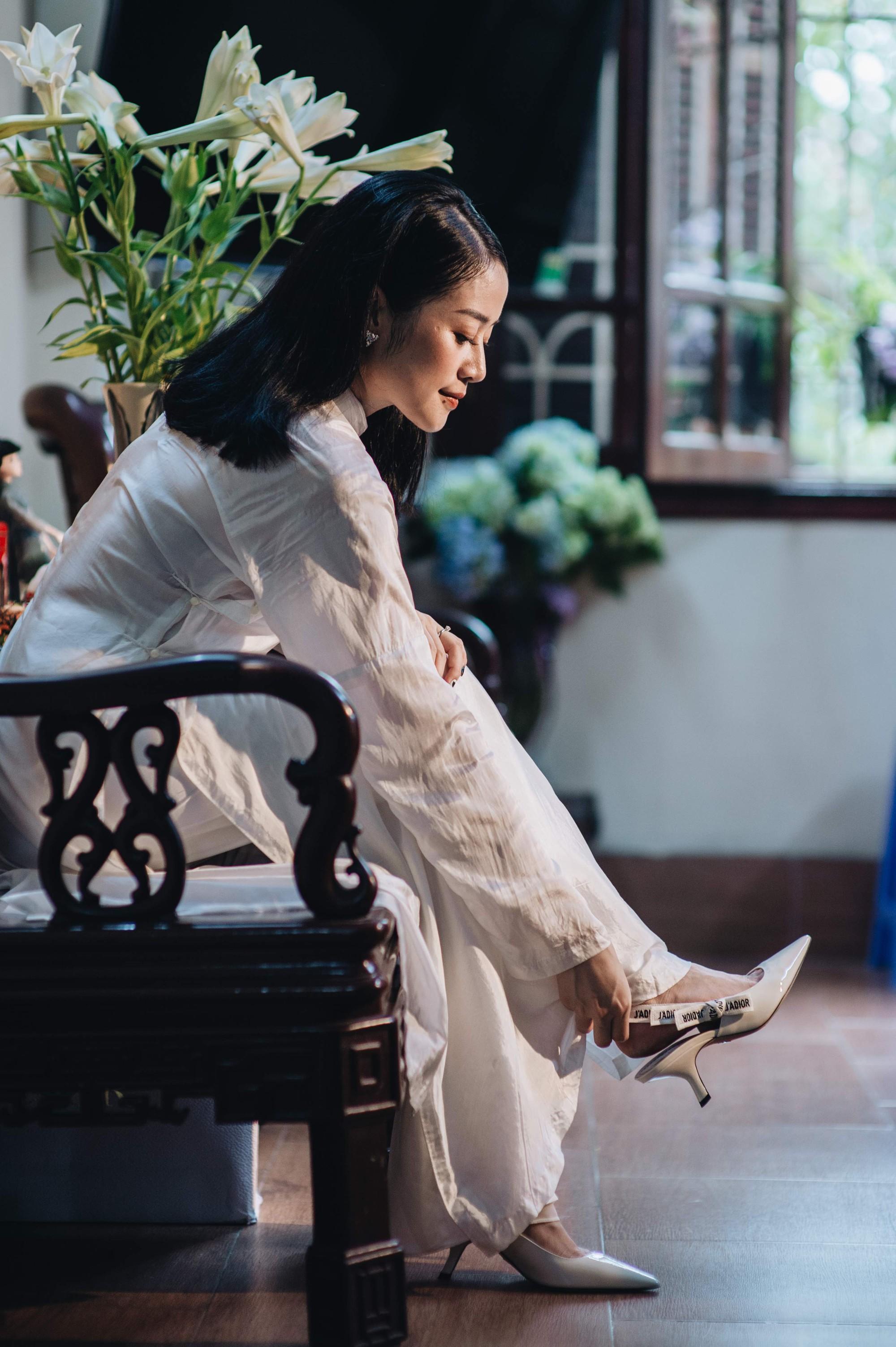 Chồng tương lai của MC Phí Linh lần đầu lộ diện, hạnh phúc hôn má cô dâu trong ngày ăn hỏi-8
