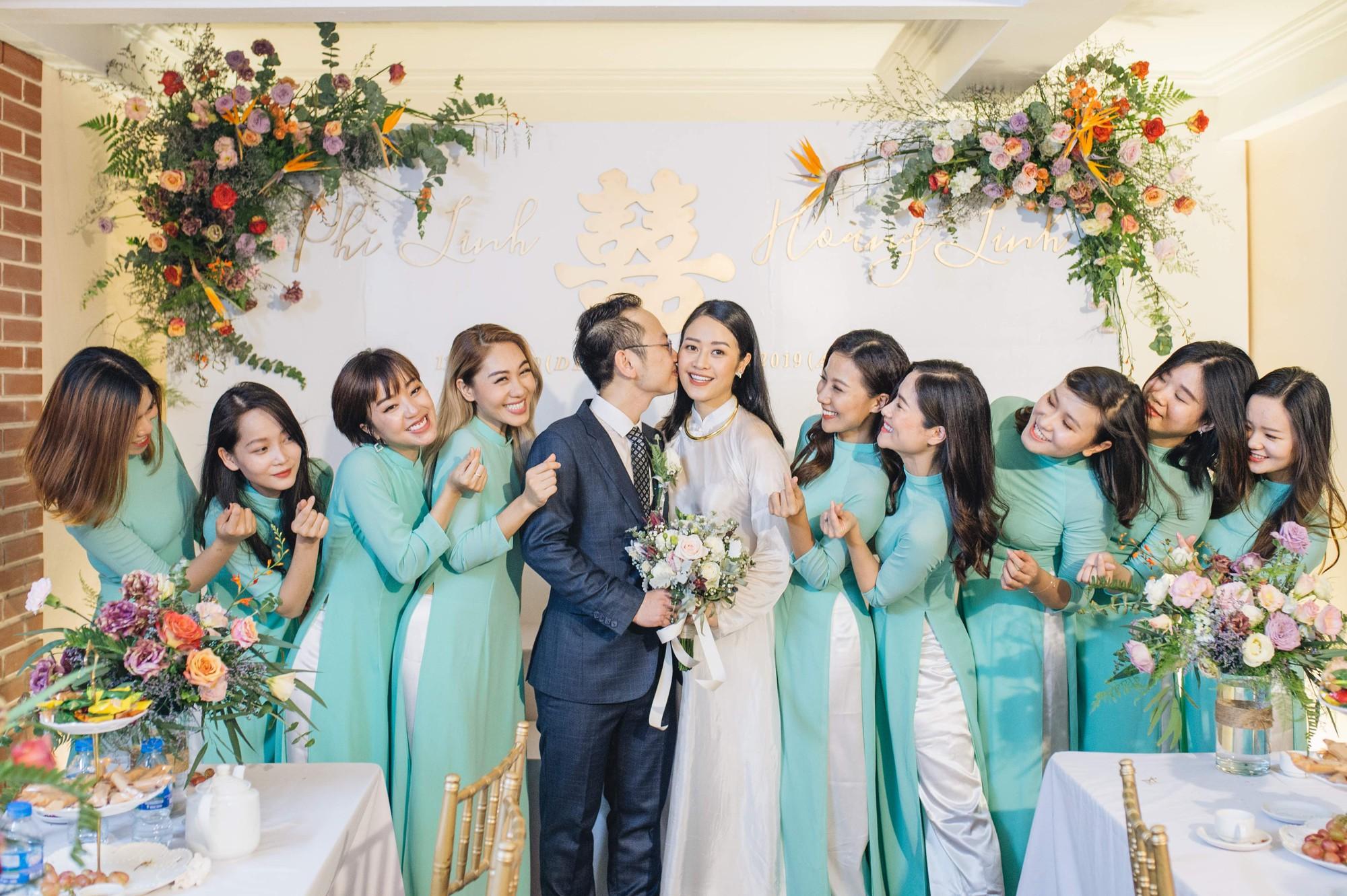 Chồng tương lai của MC Phí Linh lần đầu lộ diện, hạnh phúc hôn má cô dâu trong ngày ăn hỏi-5