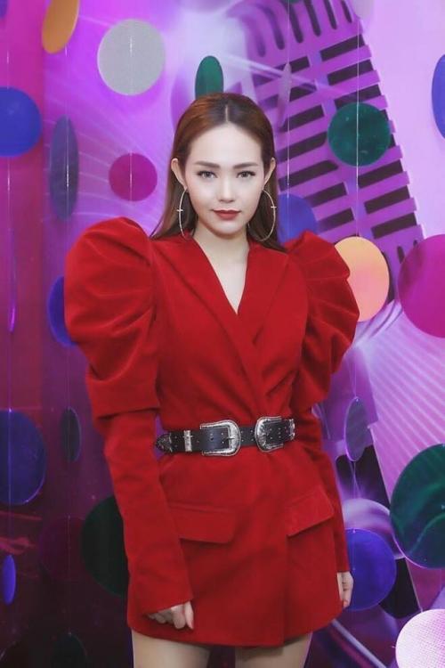 Sao Việt lăng-xê váy áo tay bồng lực sĩ: Chi Pu bị chê cô bé đô con - Bích Phương, Hồ Ngọc Hà lại được khen tới tấp-10