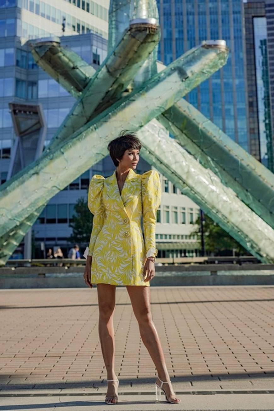 HHen Niê diện đồ Công Trí kiêu hãnh tạo dáng trên bờ biển Vancouver - Canada-1