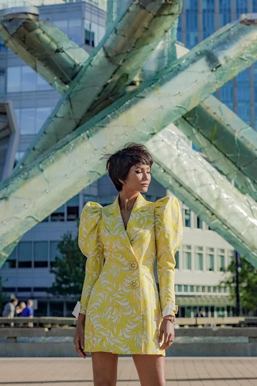 HHen Niê diện đồ Công Trí kiêu hãnh tạo dáng trên bờ biển Vancouver - Canada-2