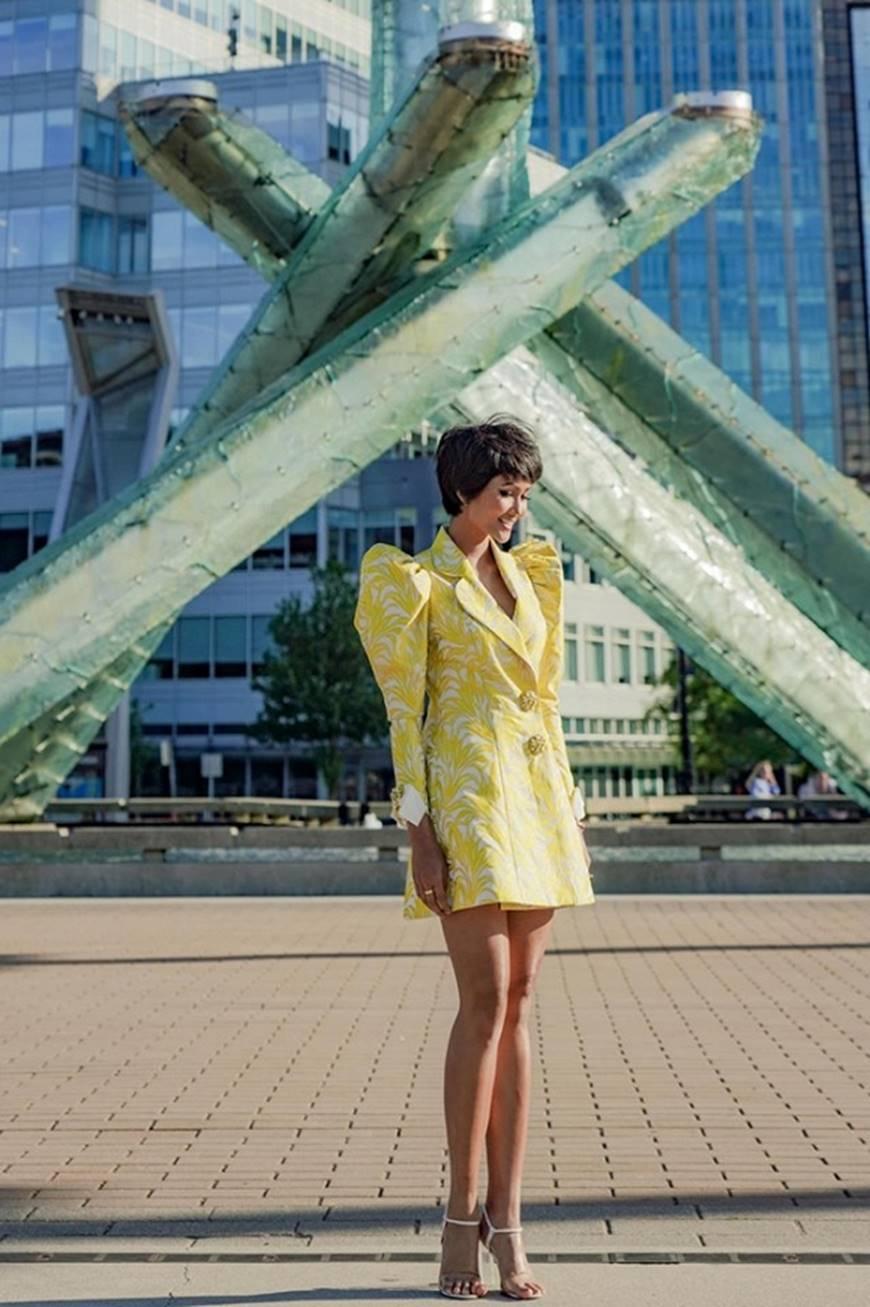 HHen Niê diện đồ Công Trí kiêu hãnh tạo dáng trên bờ biển Vancouver - Canada-3
