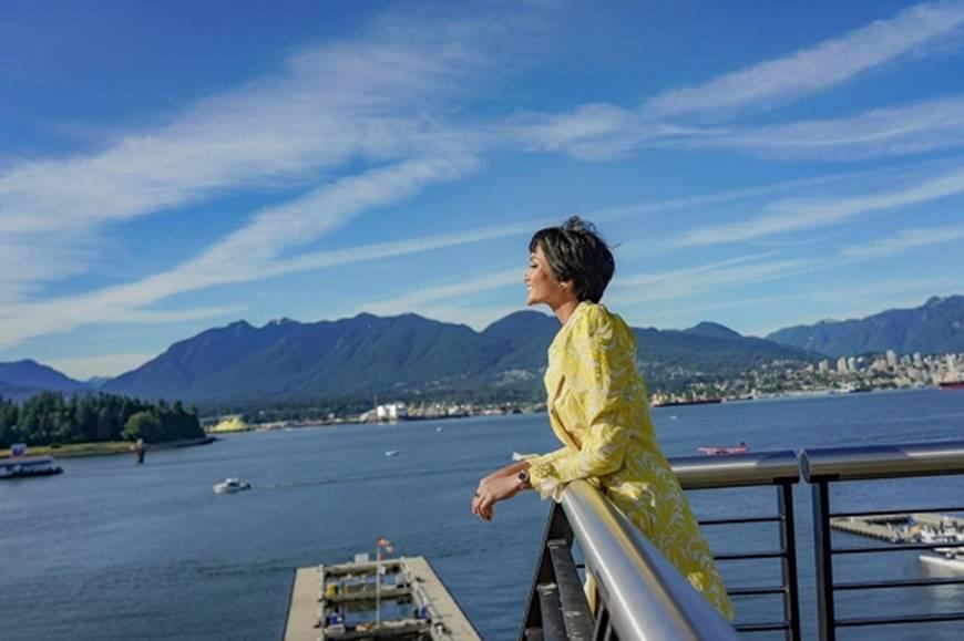 HHen Niê diện đồ Công Trí kiêu hãnh tạo dáng trên bờ biển Vancouver - Canada-4