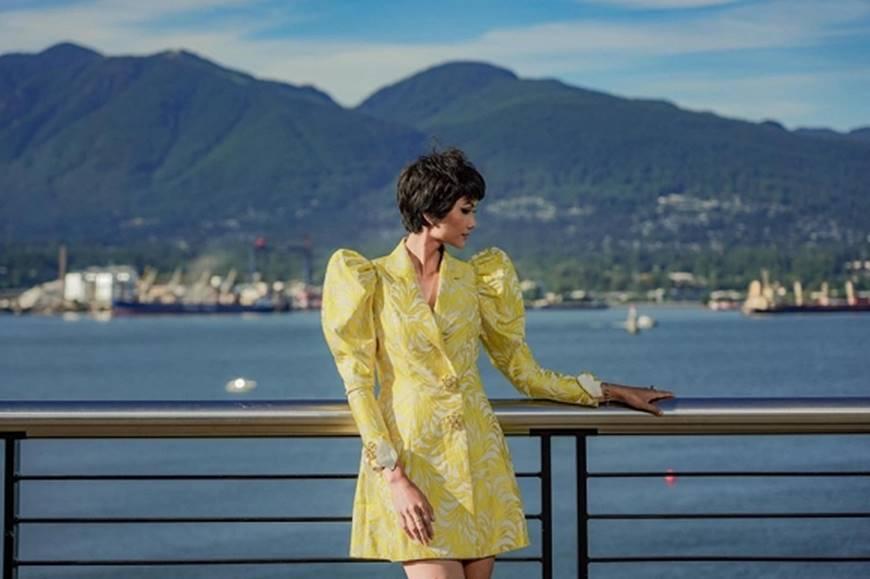 HHen Niê diện đồ Công Trí kiêu hãnh tạo dáng trên bờ biển Vancouver - Canada-5