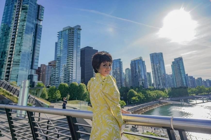 HHen Niê diện đồ Công Trí kiêu hãnh tạo dáng trên bờ biển Vancouver - Canada-6