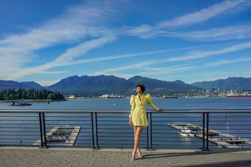 HHen Niê diện đồ Công Trí kiêu hãnh tạo dáng trên bờ biển Vancouver - Canada-7