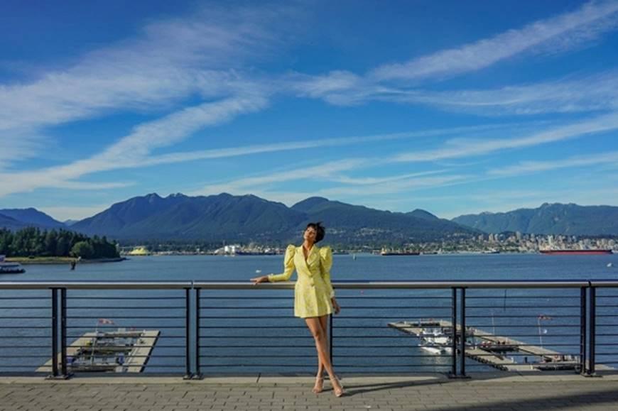HHen Niê diện đồ Công Trí kiêu hãnh tạo dáng trên bờ biển Vancouver - Canada-8
