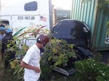 Nóng: Container nổ lốp tông bẹp dúm ô tô 4 chỗ, 3 người tử vong thương tâm