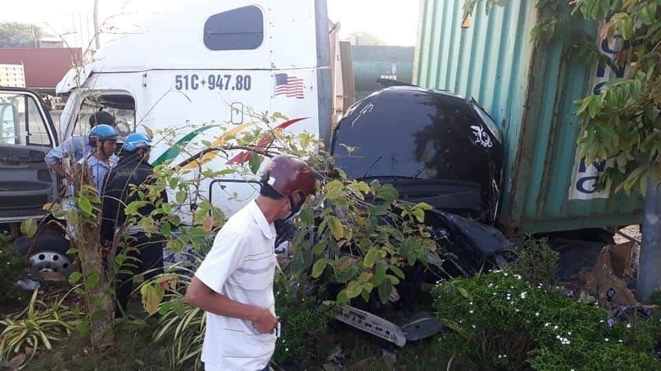 Nóng: Container nổ lốp tông bẹp dúm ô tô 4 chỗ, 3 người tử vong thương tâm-1