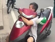 Người đàn ông nghi 'ngáo đá', ôm chặt xe máy lắc lư trên xa lộ