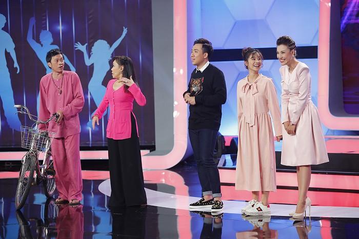Thấy bà Tân Vlog cười rạng rỡ bên MC Trấn Thành, dân mạng hài hước thốt lên: Các cháu ơi, bà chuẩn bị vào showbiz rồi đây!-3