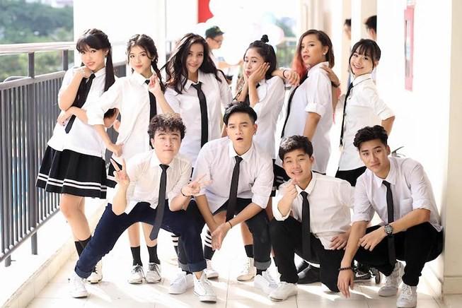 Khán giả sốc trước màn hôn đủ 3 bộ phận của nam ca sĩ Việt với bạn gái lớn tuổi hơn trên truyền hình-3