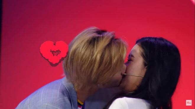 Khán giả sốc trước màn hôn đủ 3 bộ phận của nam ca sĩ Việt với bạn gái lớn tuổi hơn trên truyền hình-6