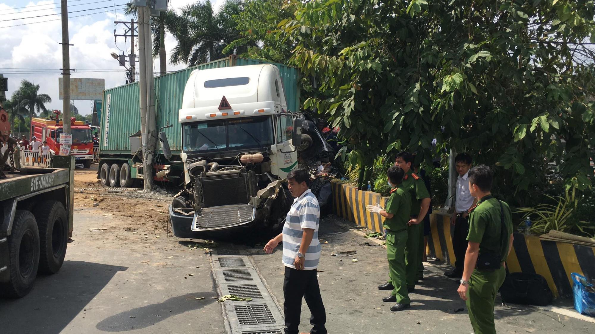 Hé lộ nguyên nhân vụ container đâm ô tô bẹp dúm khiến 5 người tử vong khi đang trên đường đi khám bệnh-1