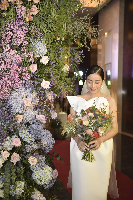 Cô dâu Phí Linh nắm chặt tay bố bước vào lễ đường, xúc động trong khoảnh khắc trao nhẫn cùng chú rể Hoàng Linh-5