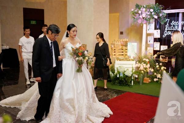 Cô dâu Phí Linh nắm chặt tay bố bước vào lễ đường, xúc động trong khoảnh khắc trao nhẫn cùng chú rể Hoàng Linh-6