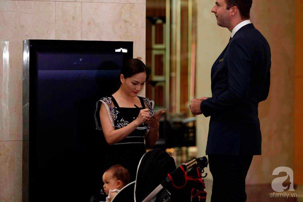 Cô dâu Phí Linh nắm chặt tay bố bước vào lễ đường, xúc động trong khoảnh khắc trao nhẫn cùng chú rể Hoàng Linh-7
