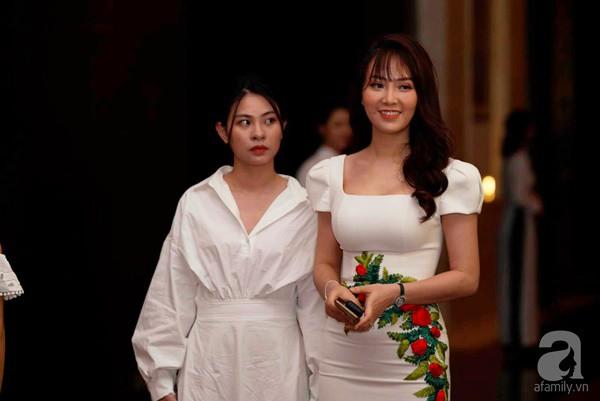 Cô dâu Phí Linh nắm chặt tay bố bước vào lễ đường, xúc động trong khoảnh khắc trao nhẫn cùng chú rể Hoàng Linh-9