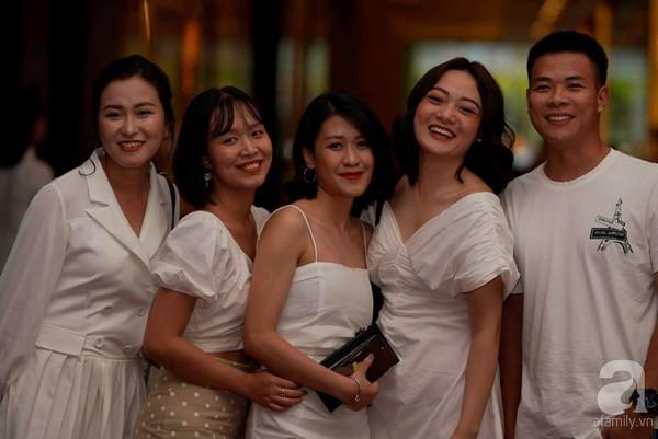 Cô dâu Phí Linh nắm chặt tay bố bước vào lễ đường, xúc động trong khoảnh khắc trao nhẫn cùng chú rể Hoàng Linh-16