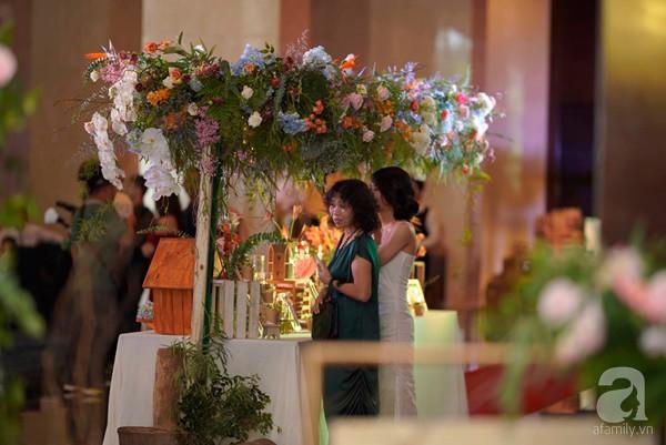 Cô dâu Phí Linh nắm chặt tay bố bước vào lễ đường, xúc động trong khoảnh khắc trao nhẫn cùng chú rể Hoàng Linh-23