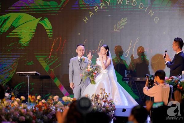 Cô dâu Phí Linh nắm chặt tay bố bước vào lễ đường, xúc động trong khoảnh khắc trao nhẫn cùng chú rể Hoàng Linh-1