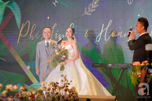 Cô dâu Phí Linh nắm chặt tay bố bước vào lễ đường, xúc động trong khoảnh khắc trao nhẫn cùng chú rể Hoàng Linh-2