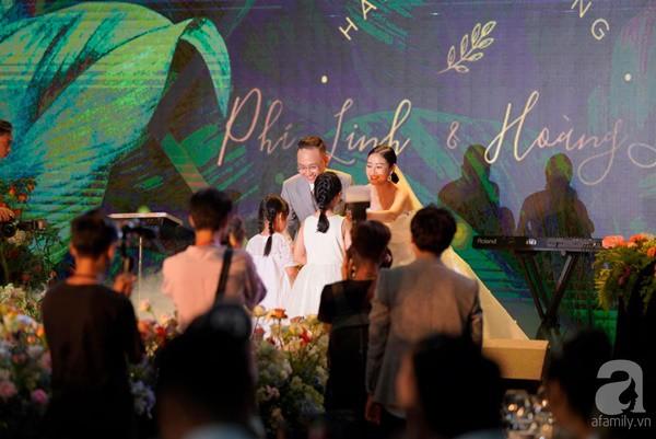 Cô dâu Phí Linh nắm chặt tay bố bước vào lễ đường, xúc động trong khoảnh khắc trao nhẫn cùng chú rể Hoàng Linh-3
