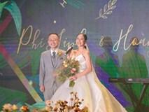Cô dâu Phí Linh nắm chặt tay bố bước vào lễ đường, xúc động trong khoảnh khắc trao nhẫn cùng chú rể Hoàng Linh